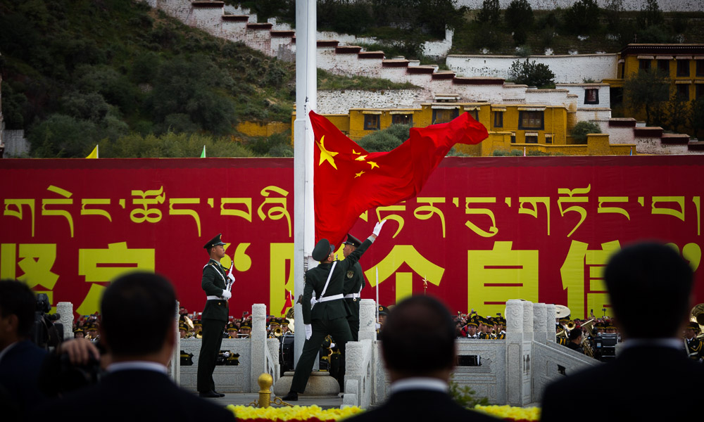 西藏拉萨举行升国旗仪式庆祝中华人民共和国成立70周年