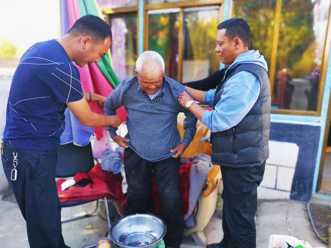 扎囊县:把党和政府的关怀送到孤寡定居藏胞家中