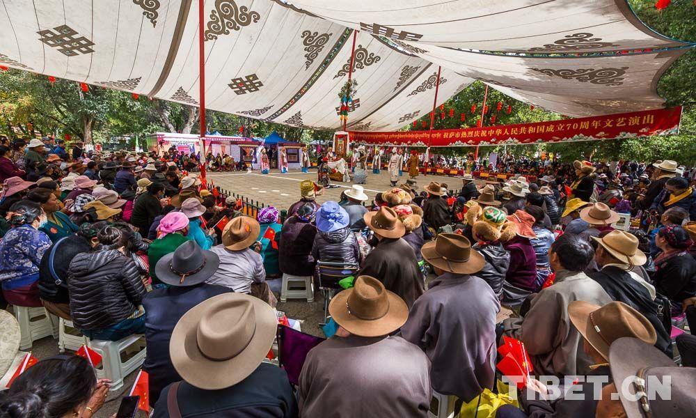 西藏拉萨罗布林卡公园唱响藏戏庆国庆
