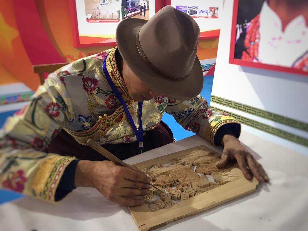实拍|卓尼县藏式建筑 木雕技术充分应用