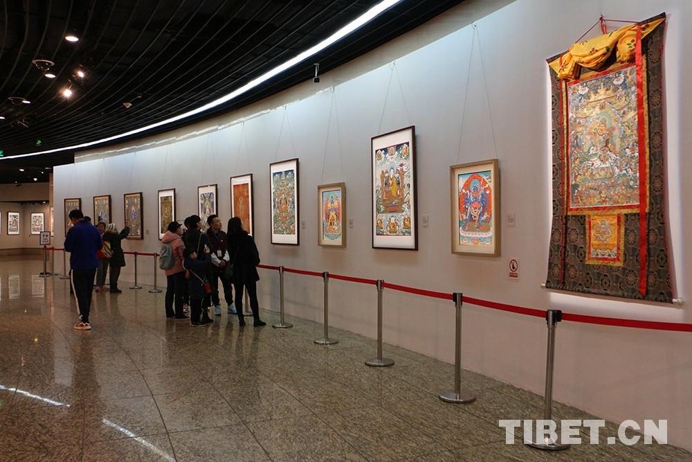 这个展览不简单由十一世班禅亲笔题词
