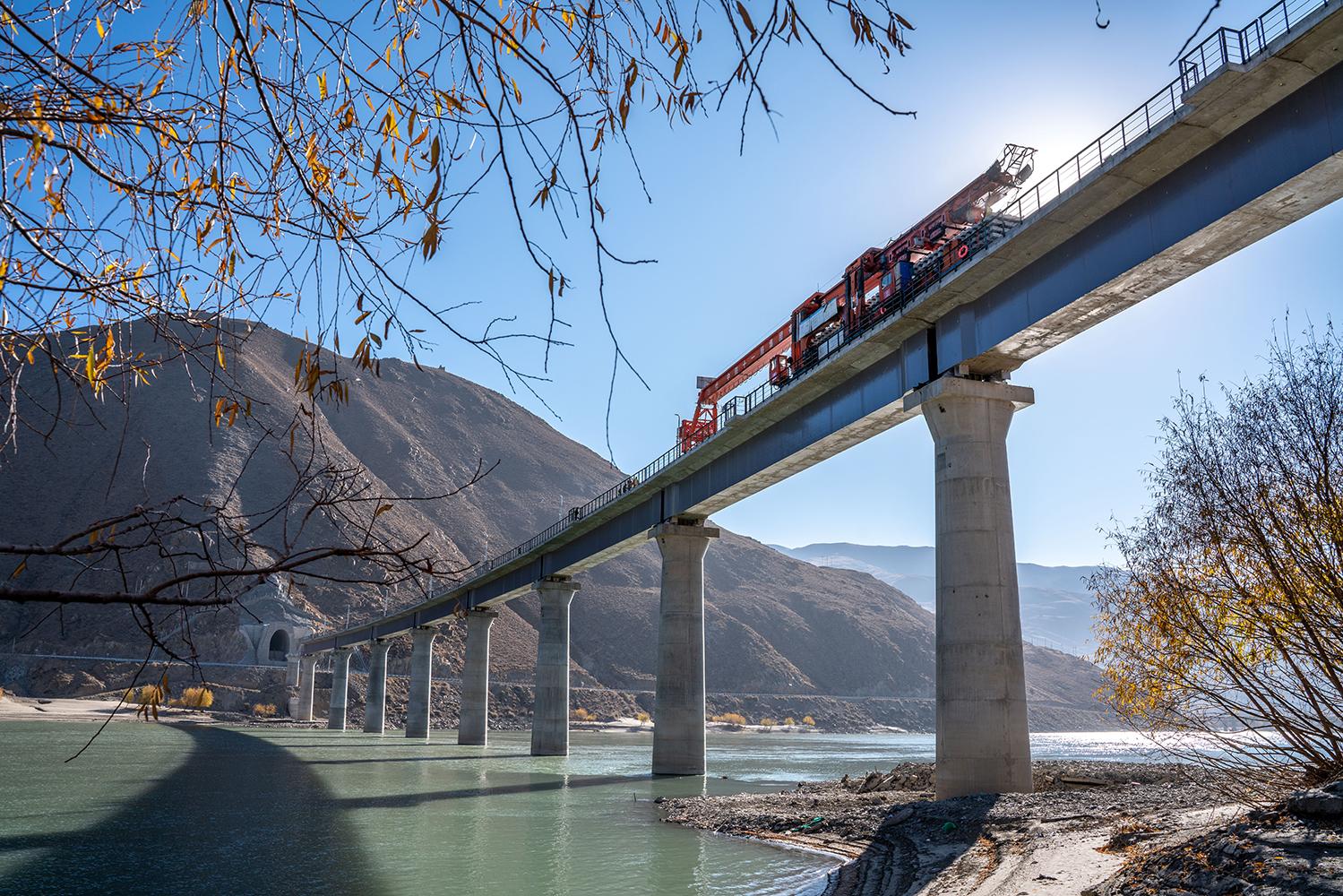 西藏雅鲁藏布江上铺设铁轨