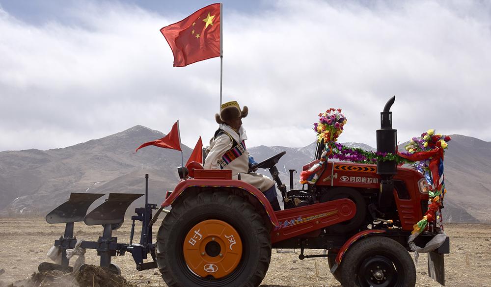 """西藏农民""""铁牛""""开犁迎春耕"""