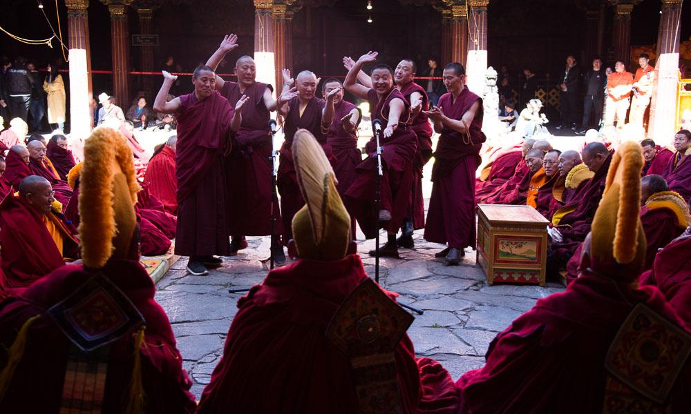 激烈!藏传佛教格西拉让巴晋升考僧答辩现场