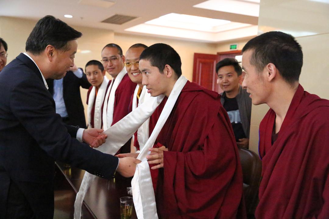 丁業現看望慰問中國藏語系高級佛學院西藏籍師生