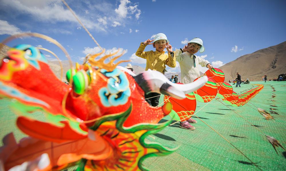 山东潍坊风筝亮相西藏日喀则南木林高原海棠节