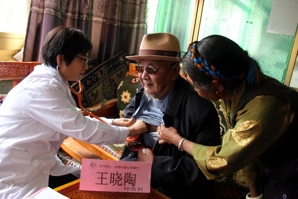 """""""同心?共铸中国心""""首都300余位医务志愿者进藏为农牧民""""送""""健康"""