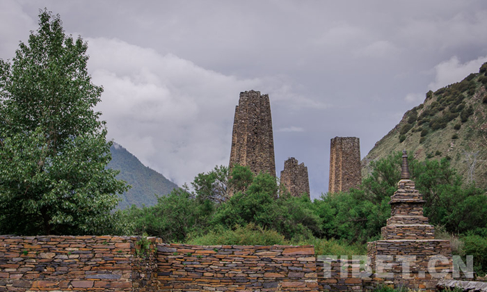 环行藏东南 桃林映古堡