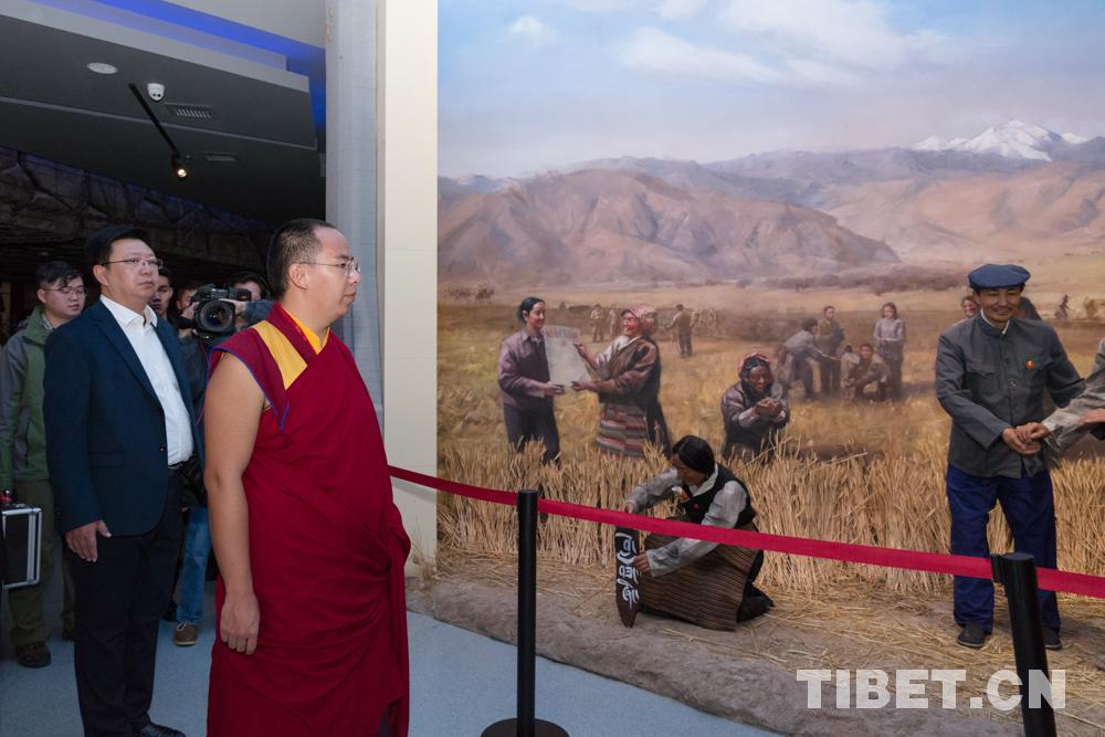 十一世班禅参观西藏百万农奴解放纪念馆