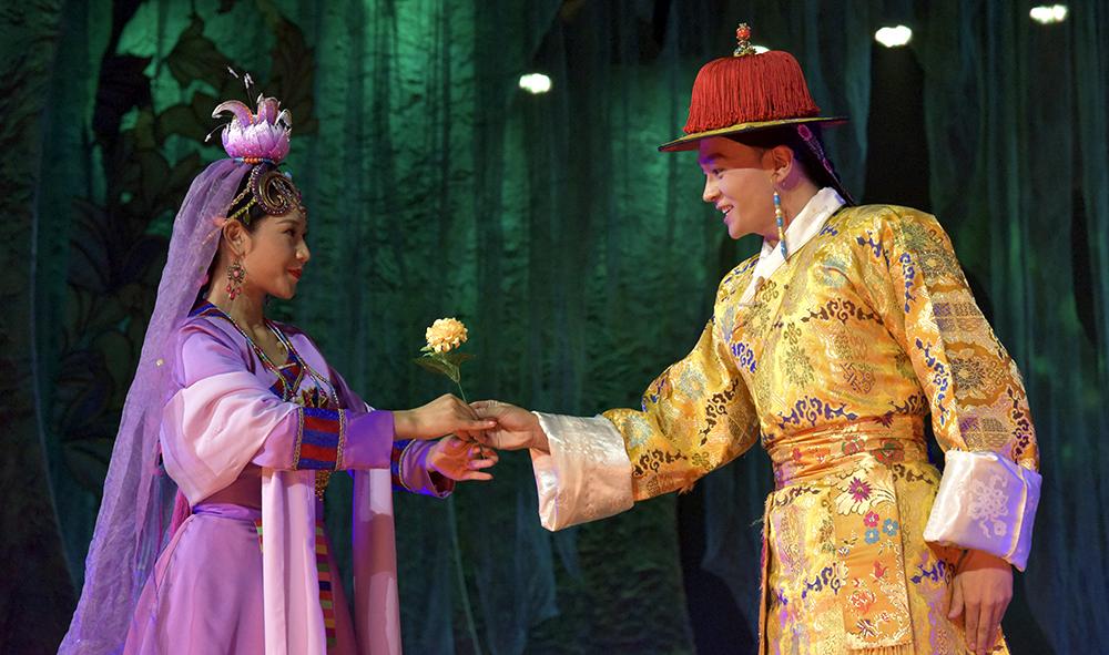 西藏藏剧团传统改编藏戏《苏吉尼玛》亮相雪顿节