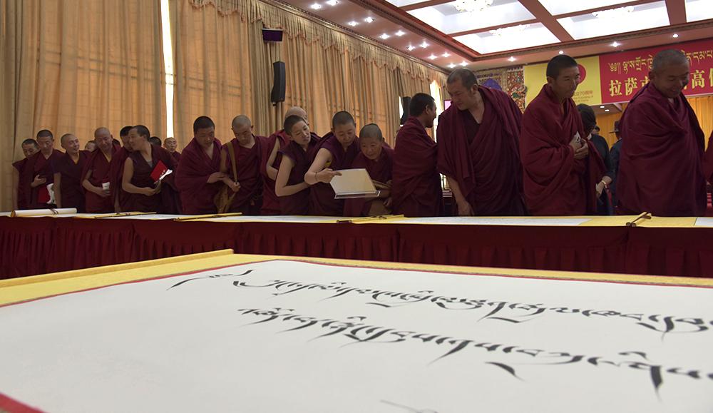 拉萨市百名僧尼挥毫泼墨  庆祝新中国成立70周年