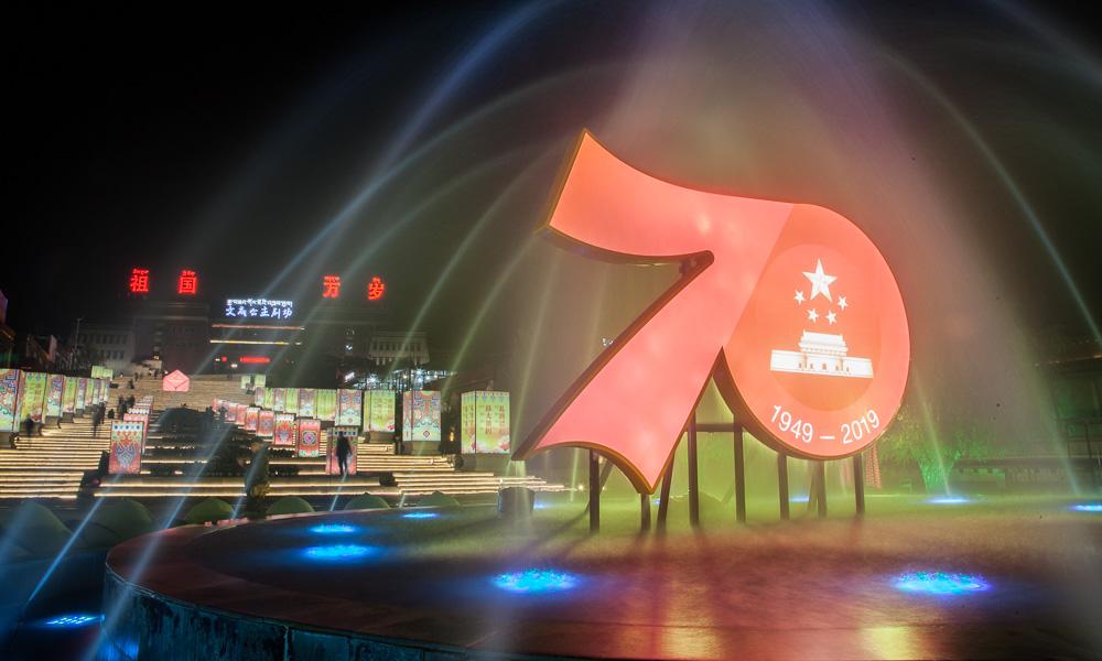 西藏拉萨上演灯光歌舞秀