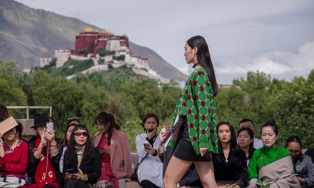 """""""风尚喜马拉雅"""" 盛典时装秀在西藏拉萨美丽上演"""
