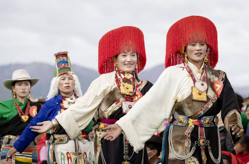 """西藏当雄""""当吉仁""""赛马节上多彩的藏族服饰"""