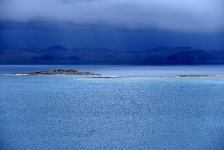 西藏扎日南木错:高原上耀眼的蓝宝石