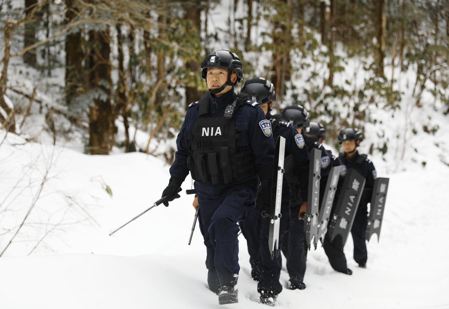 西藏林芝:踏雪巡逻