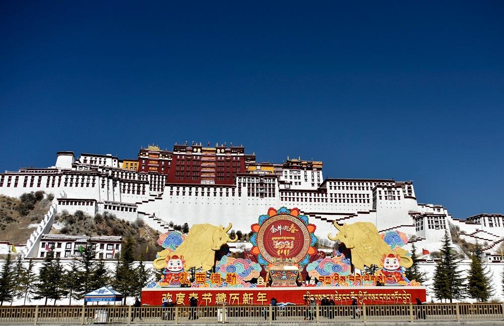 """西藏拉萨:""""双节""""临近,年味浓"""