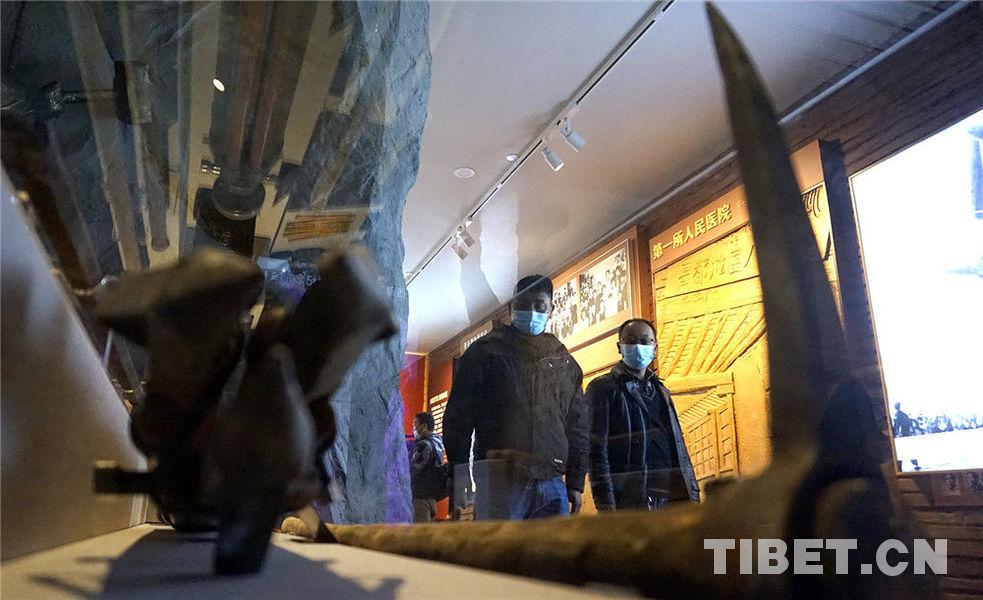 市民游客有序参观西藏百万农奴解放纪念馆