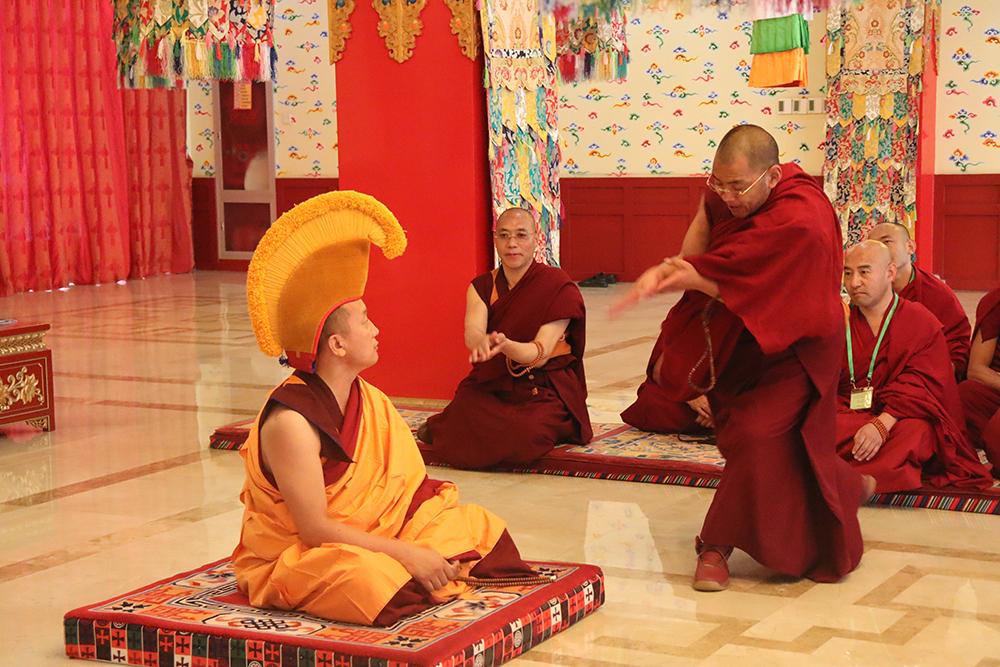 """去考场了解藏传佛教 """"拓然巴""""高级学衔辩经考试"""