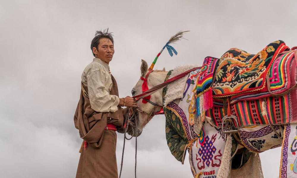 马背上的竞技,西藏班戈赛马热闹非凡