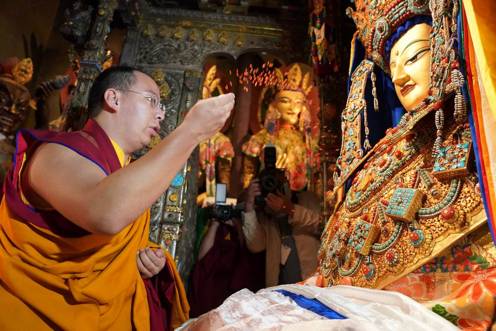 班禅大昭寺礼佛 祈愿世界和平、国泰民安