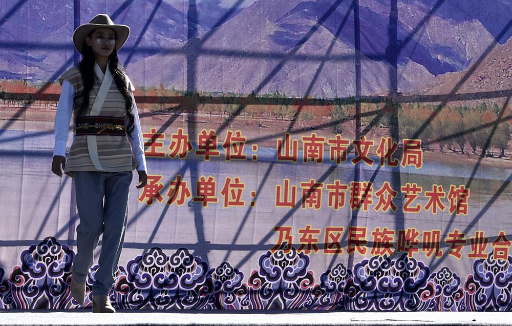 """西藏山南:纺织类非遗""""秀""""上舞台"""