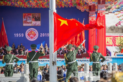 西藏各界群众忆往昔磨难、庆幸福新生