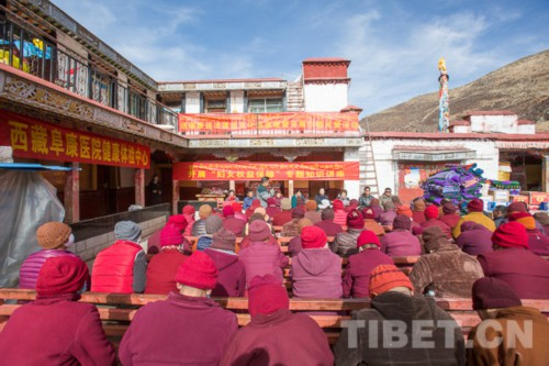 """西藏妇联""""巾帼关爱活动""""走进雄色寺"""