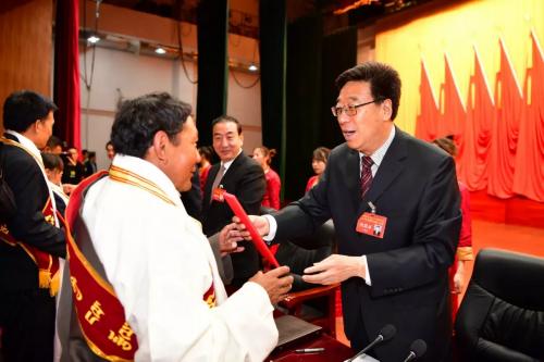 吴英杰为自治区第五届劳动模范和先进工作者颁奖
