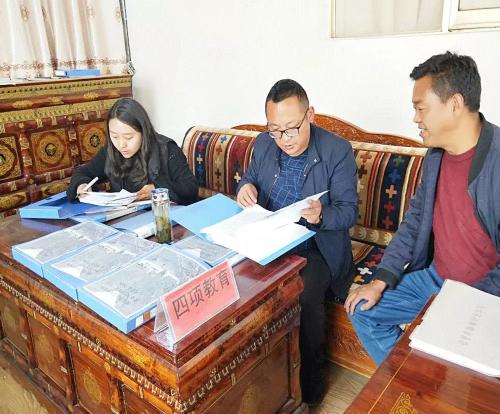隆子县委常委、统战部部长罗布扎西一行深入各寺庙检查指导
