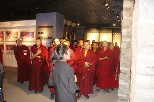 西藏山南市第1-2期藏传佛教宗教教职人员培训班学员赴西藏民主改革第一村克松居委会参观学习