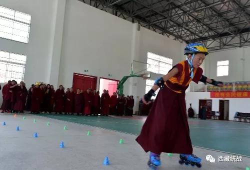 西藏佛學院僧尼共享健身盛宴