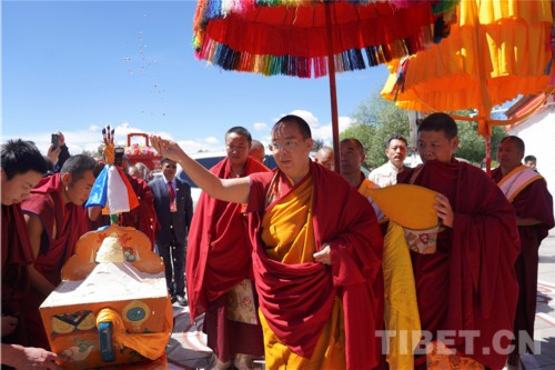 十一世班禅回抵扎什伦布寺 受到僧俗信教群众热烈欢迎