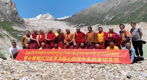 那曲市索縣邦吉寺管委會干僧在布加雪山腳下開展宣講活動