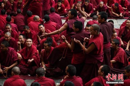 西藏扎什伦布寺僧人辩经答辩