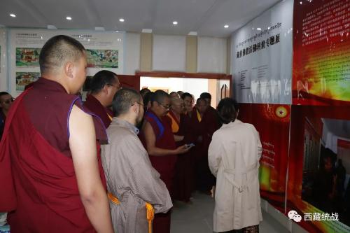 林芝市組織僧尼參觀藏傳佛教活佛轉世圖片展