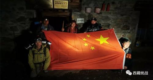 爱国爱教的五星红旗高高飘扬在扎日神山的巡逻路上