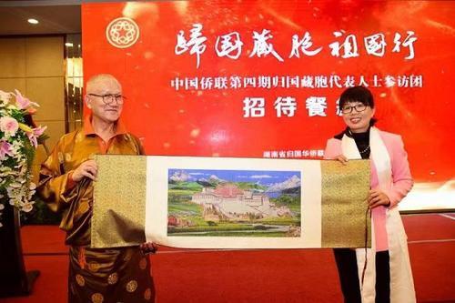 中國僑網參訪團向省僑聯贈送禮品