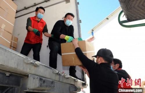 圖為工人正在將藏香豬肉裝車。蔡堯 攝