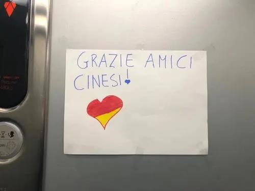 """鄰居在小區電梯內張貼""""感謝信""""。(《歐洲時報》意大利版微信公眾號""""意燴""""圖)"""