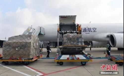 資料圖:2月5日,工作人員將華僑華企捐贈的物資從飛機上卸下。<a target='_blank'  _fcksavedurl='http://www.chinanews.com/'><p  align=