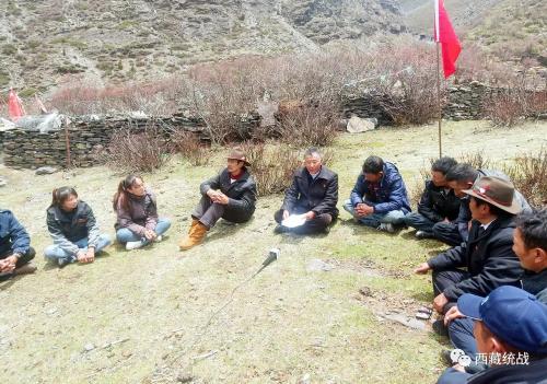 """山南市错那县归国定居藏胞次仁旦达在边境宣讲《西藏自治区民族团结进步模范区创建条例》和""""四讲四爱""""主要内容"""
