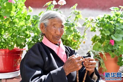 """(圖片故事)(2)109歲翻身農奴索朗卓瑪見證""""世界屋脊""""百年風雨"""
