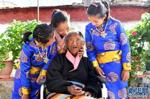 """109岁翻身农奴索朗卓玛见证""""世界屋脊""""百年风雨"""