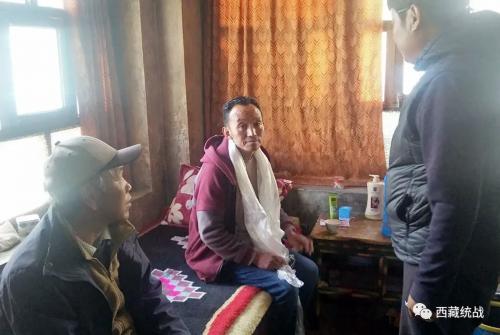 日喀则市聂拉木县委统战部组织开展对归国定居藏胞进行慰问活动