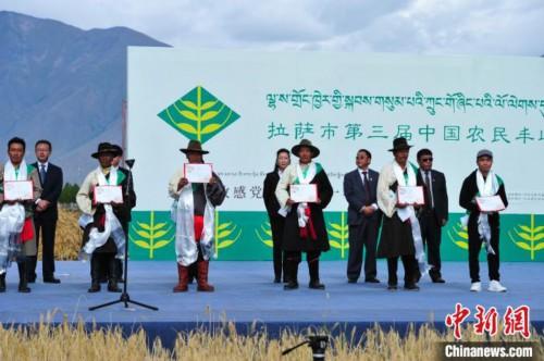 图为活动上获得表彰的农牧民。 张伟 摄