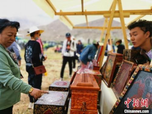 图为拉萨市民在特色农畜产品展示展销会上选购商品。 张伟 摄