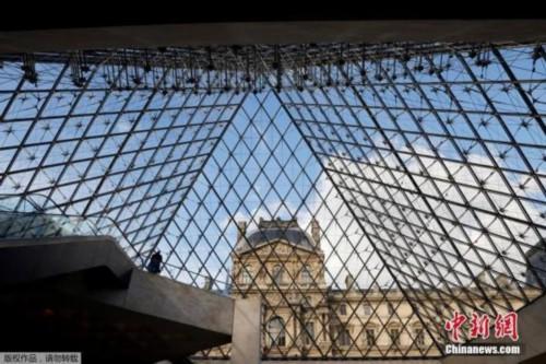 资料图:当地时间10月14日,法国总统马克龙宣布法国巴黎、里昂、马赛等多地将实施宵禁,以应对新冠肺炎疫情反弹。图巴黎的著名景点卢浮宫参观者寥寥无几。