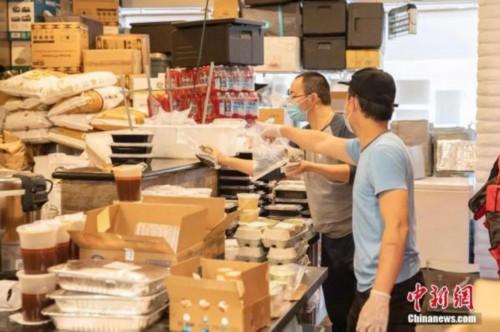 资料图:在美国旧金山,华人餐饮业者明方全与员工一起检查食物。<a target='_blank' href='http://www.chinanews.com/' _fcksavedurl='http://www.chinanews.com/'><p  align=