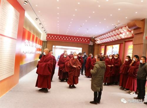 拉萨市哲蚌寺管委会组织僧众和干部参观藏传佛教活佛转世专题展
